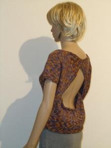 Kurzärmeliger gestrickter Pullover mit Rückenausschnitt
