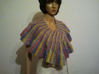 Bunter gestrickter Schal oder Stola mit Rundung
