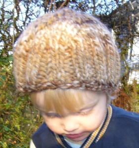 Gestrickte Kindermütze aus einem Farbverlaufsgarn in Brauntönen