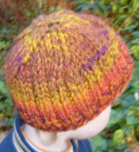 Gestrickte Kindermütze aus einem Farbverlaufsgarn in Herbstfarben