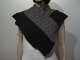 Gestrickter Schal oder Stola mit Zopfmuster aus grauer Wolle mit Yak