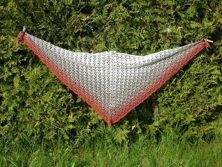 großes gehäkeltes  Dreickstuch  aus gefachtem Farbverlaufsgarn
