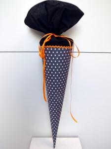 Schultüte aus Stoff in grau, schwarz und orange mit weißen Sternen