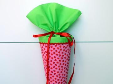 Schultüte aus Stoff mit süßen Äpfeln in rosa und hellgrün