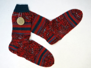 Handgestrickte Wollsocken in Größe 38 / 39 in rot und blau