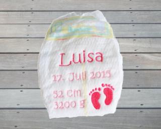 Bestickte Erinnerungswindel mit Geburtsdaten rosa