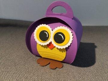 Geschenkschachtel Eule aus lila Fotokarton  mit süßem Gesicht