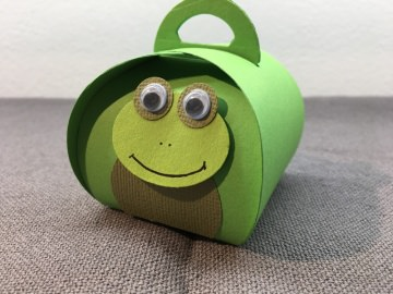 Geschenkschachtel Frosch aus grünem Fotokarton  mit süßem Gesicht