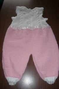 handestrickter rosa Strampler für die kleine Prinzessin