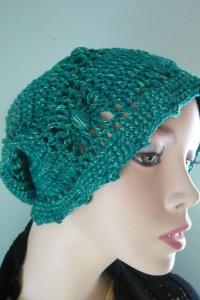 Grasgrüne extravagante handgehäkelte Mütze