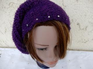 Schicke lila handgehäkelte Mütze mit Strass,