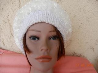 Tolle weiße handgestrickte Mütze im Fransenlook,