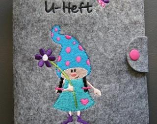 U-Hefthülle Wichtel mit Blume mit Wunschnamen/Datum