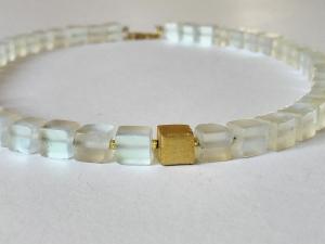 Schimmernde Kette aus Opalglas aus 8 x 8 mm großen Steinen mit einem Goldwürfel aus 925er Silber