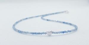 Edle Aquamarinkette aus 2 mm grossen, facettierten Aquamarinen mit silbernem Herz - Handarbeit kaufen