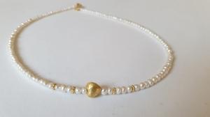 Aparte feine weiße Perlenkette aus Keshiperlen mit goldenem Herz - Handarbeit kaufen