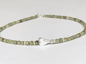 Feine Labradoritkette aus 4 mm großen Edelsteinen mit einem dekorativen Herz aus 925erSilber  - Handarbeit kaufen
