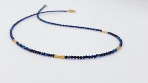 Funkelnde blau-schwarze  Spinellkette aus 2 mm großen Edelsteinen mit Goldelementen - Handarbeit kaufen
