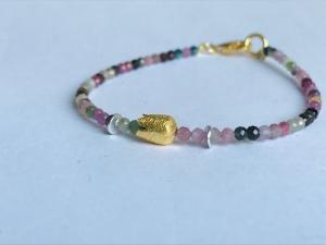 handgefertigtes elegantes Armband aus bunten, 3 mm großen, facettierten Turmalinen mit goldener Krone - Handarbeit kaufen