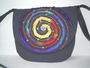 CIRCULO    Kleine graue Umhängetasche verziert mit Seidenbändern und Halbedelsteinen - Handarbeit kaufen