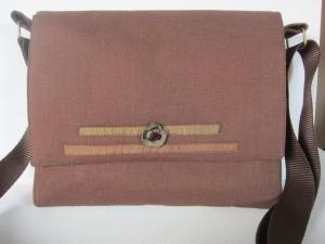 HELENA Kleine Umhängetasche aus braunem Leinen mit Seidenbändern und kleinen Perlen - Handarbeit kaufen