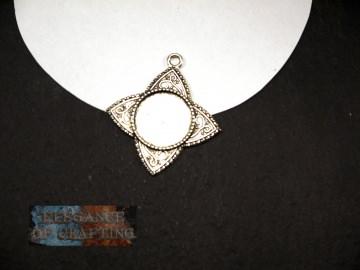 Fassung, Silber, für Cabochon  oder Schmuckstein, Spitze, Schnörkel, passend für 2 cm