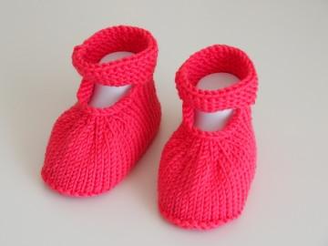 pinke Babyschuhe 4-9 Monate aus Wolle gestrickt mit Riemchen - Handarbeit kaufen
