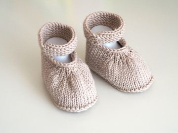 beige Babyschuhe 4-9 Monate von Hand gestrickt mit Riemchen aus Wolle - Handarbeit kaufen