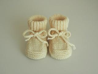 cremefarbene Babyschuhe 0-3 Monate Booties aus Wolle gestrickt  - Handarbeit kaufen
