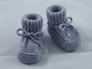 hellblaue Babyschuhe 0-3 Monate Booties aus Wolle gestrickt