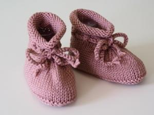 gestrickte Babyschuhe 4-9 Monate in dunkelrosé aus Wolle von Hand gestrickt für Mädchen