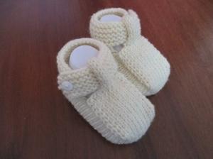 cremefarbene Strickschuhe mit Riemchen aus Wolle für 0-3 Monate