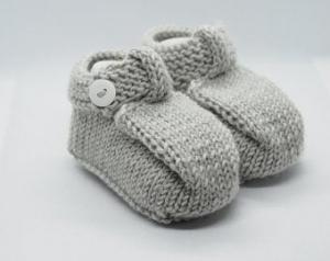 graue Strickschuhe mit Riemchen aus Wolle für 3-6 Monate - Handarbeit kaufen