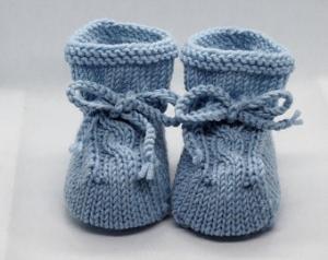 hellblaue Babyschuhe 0-3 Monate gestrickt aus Wolle mit Zopfmuster