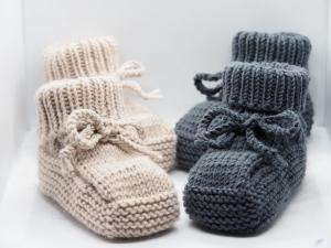 RESERVIERT 2 Paar Babyschuhe Booties von Hand gestrickt aus Wolle in beige und dunkelgrau