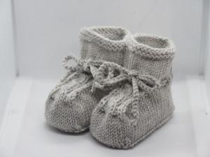 RESERVIERT hellgraue Babyschuhe 4-9 Monate gestrickt aus Wolle mit Zopfmuster - Handarbeit kaufen