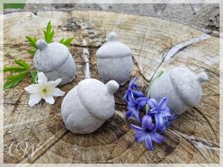 Handgegossene Eichel als Gartendeko aus Beton