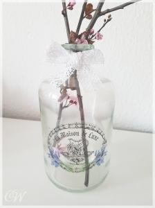 Vase aus alter Apothekerflasche Lavendelaufdruck