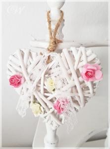 Weißes Weidenherz mit Rosenblüten aus Papier Rosa/Weiß