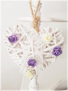 Weißes Weidenherz mit Rosenblüten aus Papier Lila/Weiß