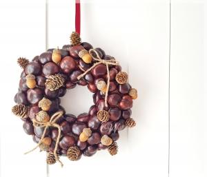 Herbstlicher Türkranz aus Kastanien, Zapfen und Holz-Eicheln