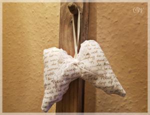Weihnachten Dekoanhänger Engelsflügel aus Stoff (Baumwolle) weiß mit beiger Schrift und Spitzenschleife