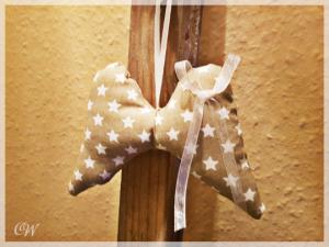 Weihnachten Dekoanhänger Engelsflügel aus Stoff (Baumwolle) grau mit weißen Sternen