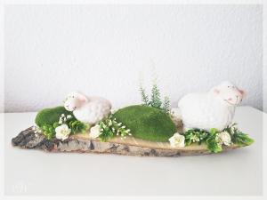 Osterdeko auf Baumscheibe als Tischschmuck zu Ostern und Frühling mit Schäfchen aus Keramik