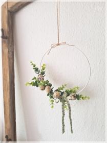 20 cm Türkranz bzw. Wandkranz mit künstlichen Eucalyptus und Wachteleiern an einem weißen Metallring gebunden