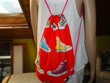 Turnbeutel, Beutelrucksack in Rot mit bunten Schuhen aus Baumwolle  - Handarbeit kaufen