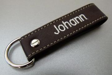 Schlüsselanhänger in Leder mit Namen gestickt und D-Ring