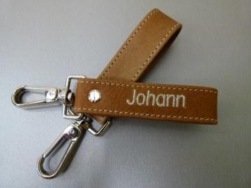 Schlüsselanhänger in Leder mit Namen gestickt und Karabiner groß