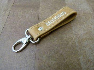 Schlüsselanhänger in Leder mit Namen gestickt und Karabiner klein