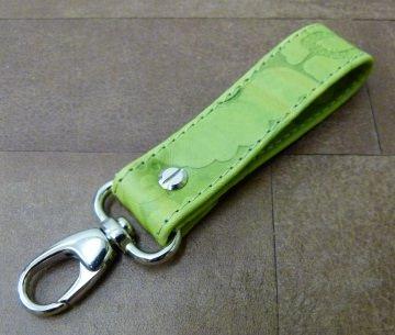 Schlüsselanhänger in Floral-Leder grün mit Namen gestickt und Karabiner klein